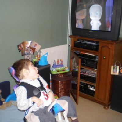 Dylan regarde le dessin animé