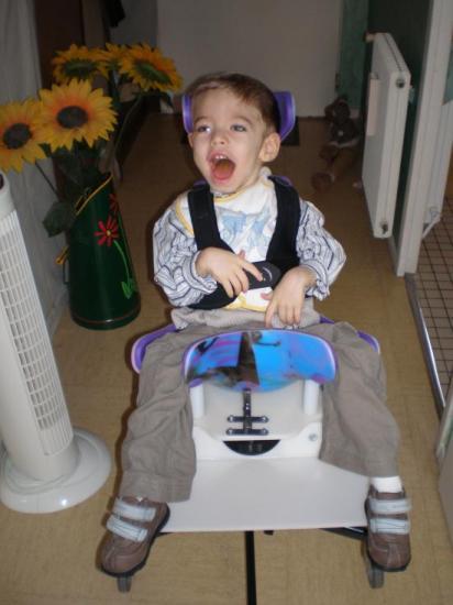Dylan dans son siège coque.