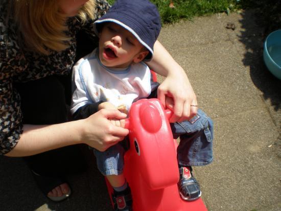 Dylan sur le cheval à bascule de Célia, sa cousine.