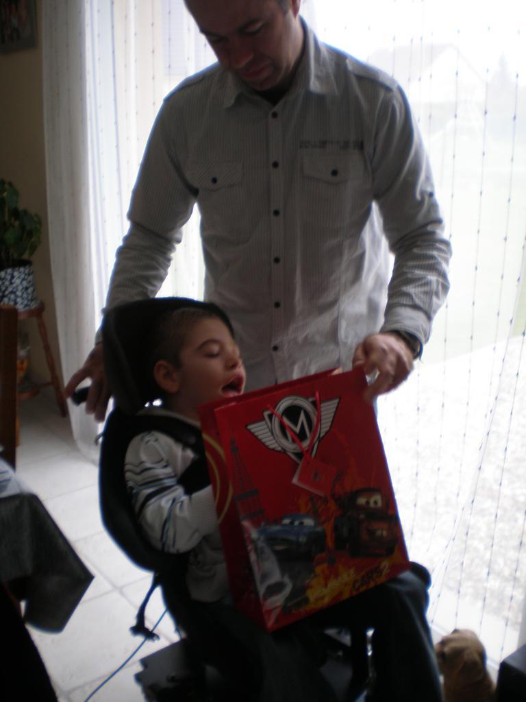Je cherche les cadeaux avec papa.